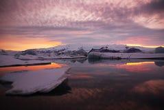Solnedgång över jokulsarlonlagun i Island royaltyfria foton