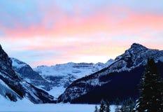 Solnedgång över kanadensiska steniga berg royaltyfri foto