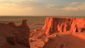 Solnedgång över kanjonen Bayanzag i Mongoliet stock video