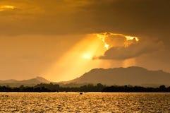 Solnedgång över Kaptai sjön Royaltyfri Bild