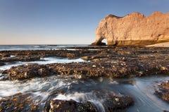 Solnedgång över klipporna av Etretat Royaltyfri Foto