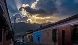 Solnedgång över koloniala byggnader - Antigua, Guatemala Arkivfoto