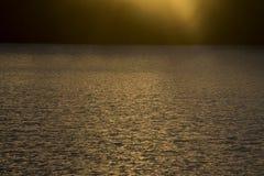 Solnedgång över krabbt vatten royaltyfri bild