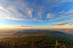 Solnedgång över kullar i Tjeckien Royaltyfria Foton