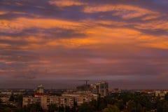 Solnedgång över l stad Dnipro ukraine Royaltyfri Foto