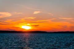 Solnedgång över Lake Huron, medan gå till St Ignace Michigan tillbaka Arkivbild