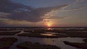 Solnedgång över laken stock video
