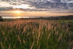 Solnedgång över laken arkivfoton