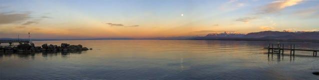 Solnedgång över Leman eller Genève sjön, Excenevex, Frankrike Arkivbild