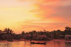 Solnedgång över lokalbyn, KohRong Samlon ö, Cambodja Arkivbild