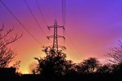 Solnedgång över London elektricitetstråd Arkivbild
