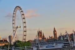 Solnedgång över London horisont - Big Ben och London synar Fotografering för Bildbyråer