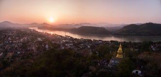 Solnedgång över Luang Prabang och montering Phousi, Laos, flyg- surrskott arkivbild