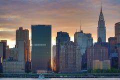 Solnedgång över Manhattan horisont Arkivbild