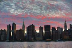 Solnedgång över Manhattan horisont Royaltyfri Bild