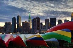 Solnedgång över Manhattan horisont med fartyg Arkivfoton