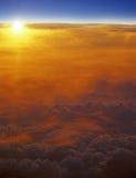 Solnedgång över moln Arkivfoton