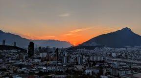 Solnedgång över Monterrey, Mexico arkivfoton