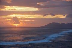 Solnedgång över Moorea Arkivfoton