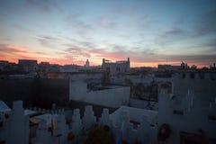 Solnedgång över moroccan stad Arkivfoton