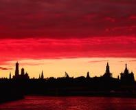Solnedgång över Moskvafloden arkivbilder