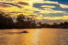 Solnedgång över Murray River med ett fartyg i Mildura, Australien Royaltyfri Fotografi