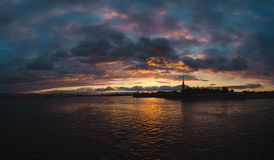 Solnedgång över Nevaen Royaltyfria Bilder