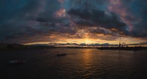 Solnedgång över Nevaen Royaltyfri Fotografi
