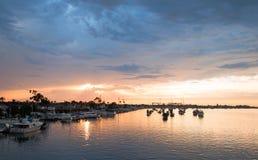 Solnedgång över Newport strandhamn i sydliga Kalifornien USA royaltyfria foton