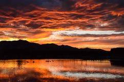 Solnedgång över Oquirrh sjön Arkivfoto