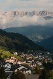 Solnedgång över Ortisei i södra Tyrol Royaltyfri Bild
