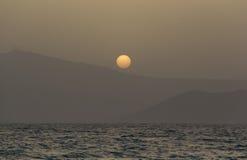 Solnedgång över Paros öberg Arkivbilder