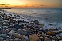 Solnedgång över Pebble Beach Arkivfoto