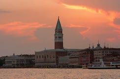 Solnedgång över Piazza di San Marco i Venedig, Italien Arkivbild