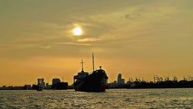 solnedgång över port av Chittagong, Bangladesh royaltyfria foton