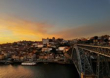 Solnedgång över Porto och den Douro floden fotografering för bildbyråer