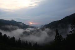 Solnedgång över rökiga berg, Georgia Arkivfoto