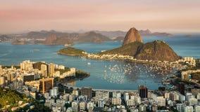 Solnedgång över Rio de Janeiro som panorerar den Tid schackningsperioden