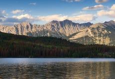 Solnedgång över Rocky Mountains och pyramid sjön royaltyfri fotografi