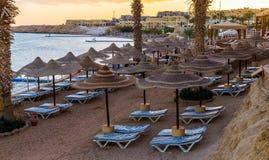 Solnedgång över semesterortområdet av Röda havetkusten i Egypten Ferie i Sharm el Sheikh arkivfoto