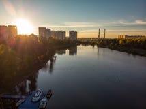 Solnedgång över Shkolnoe sjön i Zelenograd av Moskva, Ryssland arkivbilder