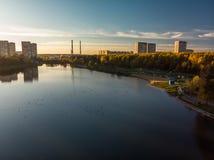 Solnedgång över Shkolnoe sjön i Zelenograd av Moskva, Ryssland royaltyfri foto