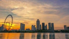 Solnedgång över Singapore och Ferris Wheel Tid schackningsperiod stock video