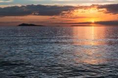 Solnedgång över sjöalakol med moln kazakhstan Royaltyfri Bild