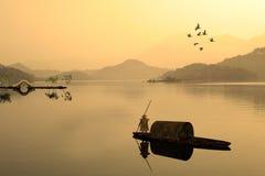 Solnedgång över sjön Royaltyfria Bilder