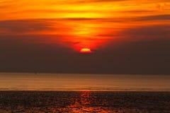 Solnedgång över sjön Royaltyfri Foto