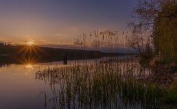 Solnedgång över sjön Arkivfoton