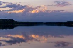 Solnedgång över sjön Arkivfoto