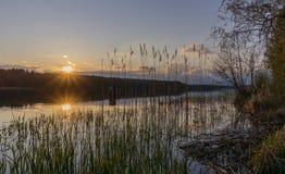 Solnedgång över sjön Arkivbilder