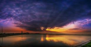 Solnedgång över sjön i Bucharest Royaltyfri Foto